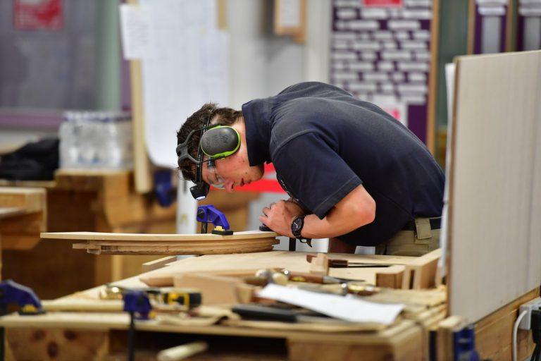 Le travail du bois par un ébéniste