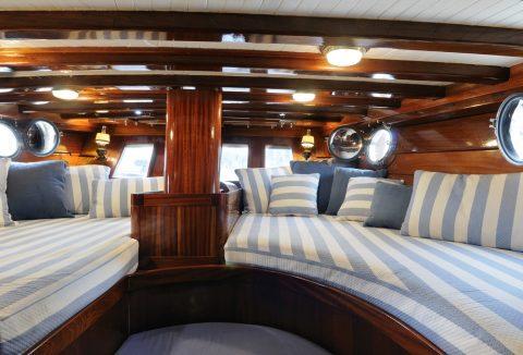 revêtements intérieur en bois d'un bateau de luxe