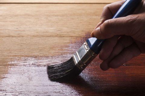 application d'un vernis pour bois pour la finition d'un meuble