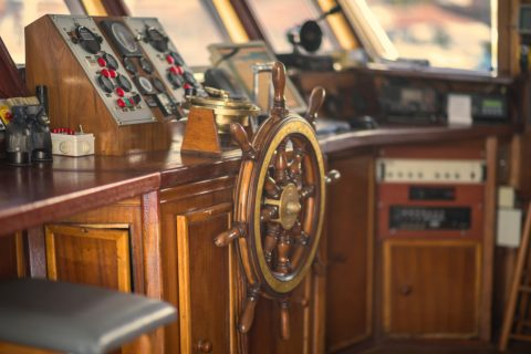 marquise de bateau en bois, avec gouvernail en bois