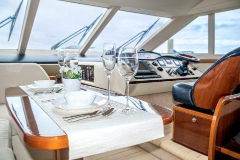 meubles en bois dans un intérieur de bateau