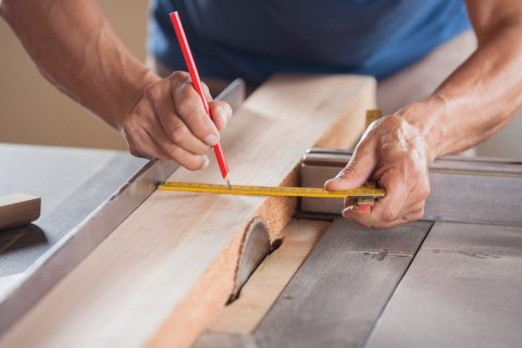 ébéniste travaillant le bois