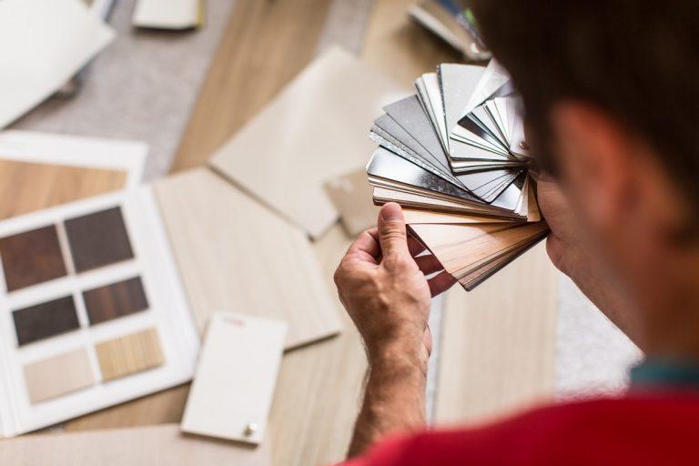 ébéniste étudiant les couleurs de bois, trouver son ébéniste